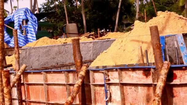 hromady hlíny nadace a stavitelé v počáteční fázi výstavby. Pohyb videa posun
