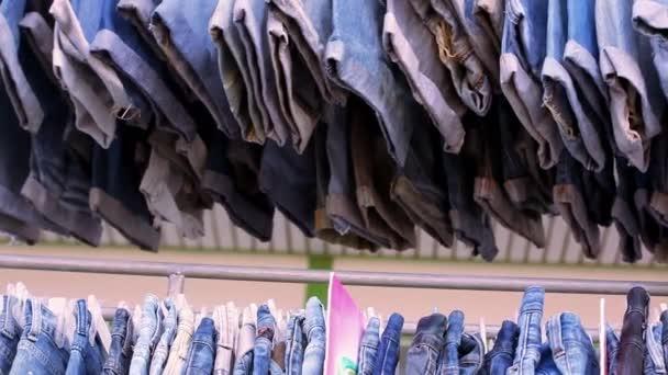Zblízka mnoha modré džíny na železniční. Pohyb videa makro posun