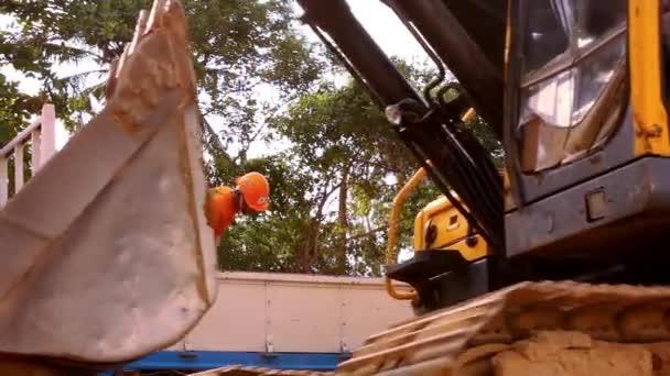 Nahaufnahme von Radladerbaggerfahrten im Baustellenbruch. Video-Verschiebung