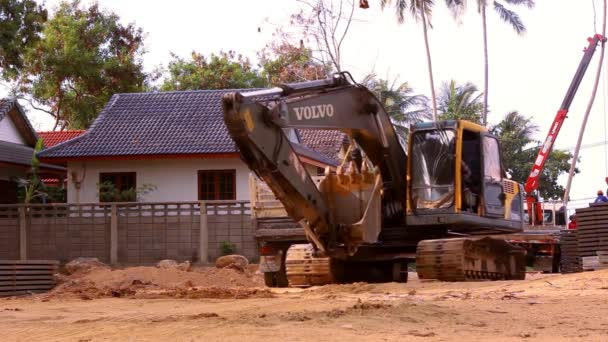 Baggerfahrten im Baustellenbruch. Video-Verschiebung