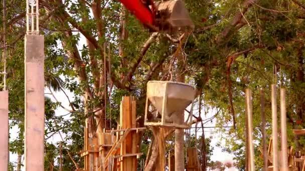 Industriekran betätigt und hebt Zementtank auf Baustelle. Video