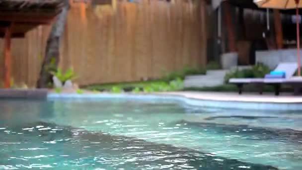 Schwimmbad im Luxus-Villa, Koh Samui, Thailand. Video UMSCHALT-Bewegung