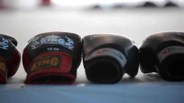 bokszkesztyű gumi fekszenek az arena-ban egy sor, a homályos háttérrel. Videóinak shift mozgás