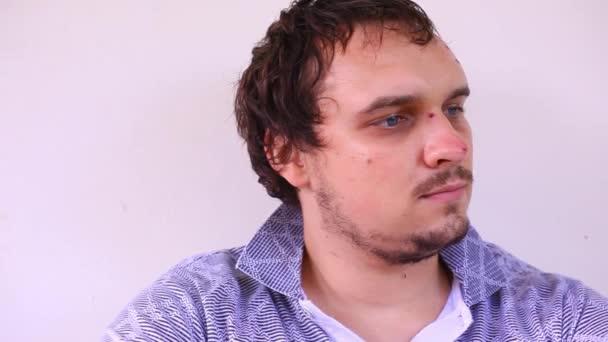 vousatý smutný muž s modrýma očima, jizvy po nehodě. Pohyb videa posun