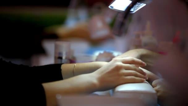 Klient čeká na manikúru v salonu krásy. Zenske ruce zblízka. HD. 1920 x 1080