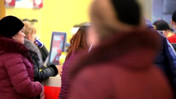 Rusko, Moskva, 12. února 2015, lidé čekají na stravovací služby v nákupním středisku. Společnost fast food. HD. 1920 x 1080