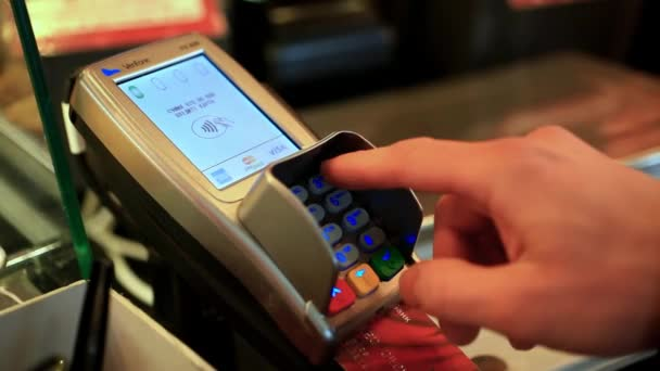 Közelkép az emberi kezében műanyag kártya fizetési gép. HD. 1920 x 1080