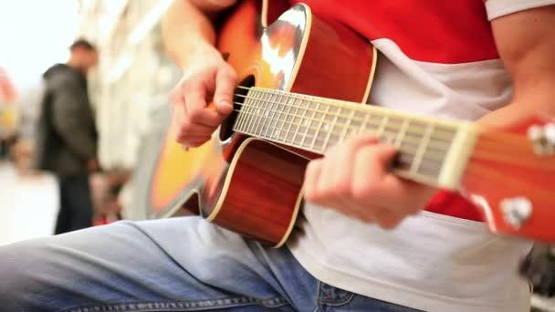 Zár-megjelöl-ból egy férfi zenész, farmer, akusztikus gitáron játszik. HD. 1920 x 1080