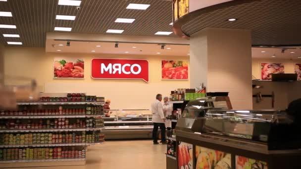 Rusko, Moskva, 7 března 2015, obchod s potravinami s kuchaři, prémie jsou vyrobeny čerstvé potraviny na prodej. HD. 1920 x 1080