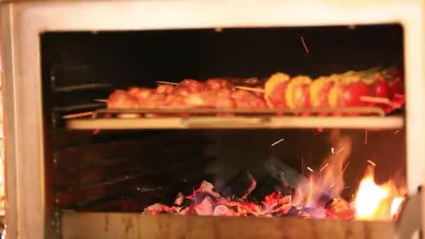 Kebab maso se peče v troubě. HD. 1920 x 1080