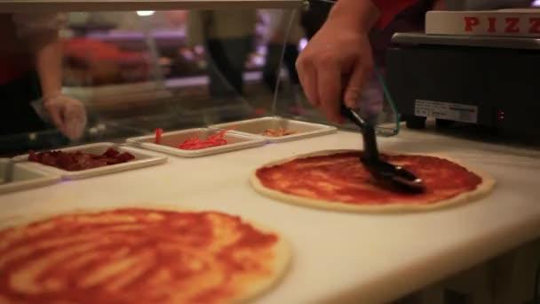 Originální italský raw pizzy, příprava těsta v tradičním stylu. Použití rajčatovou omáčkou. HD. 1920 x 1080