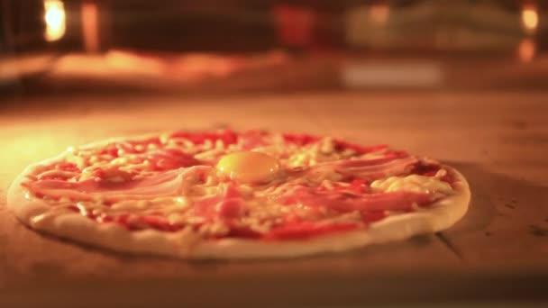Timelapse zrychlit italské pizzy pečení v tradiční peci. Closeup. HD. 1920 x 1080