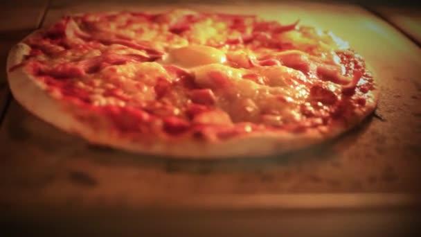 Pizzy pečení v tradiční peci. Zblízka. HD. 1920 x 1080