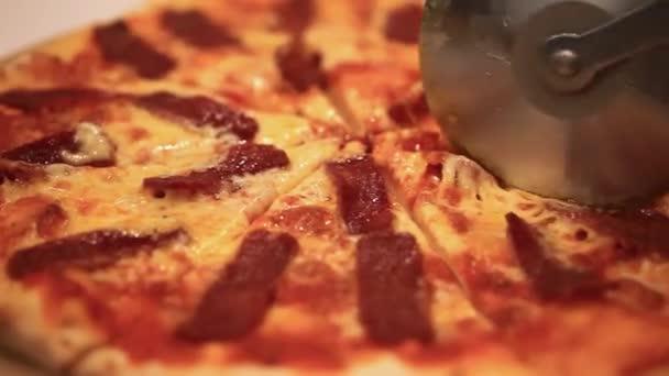 Řezání italská pizza se žampiony, salám a sýr. Zblízka. HD. 1920 x 1080