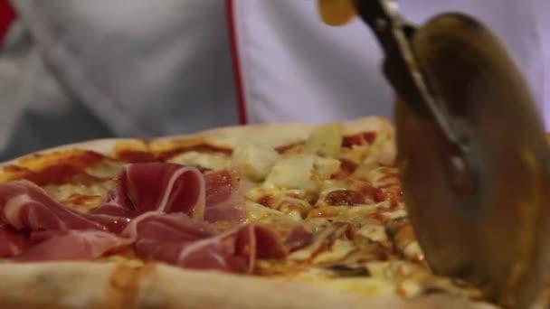 Rukou šéfkuchaře škrty italská pizza se žampiony, šunkou, ananasem a sýrem