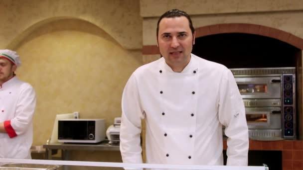 Rusko, Moskva, 7 března 2015, úsměvy italský kuchař Pekař v bílém jednotné v kuchyni.