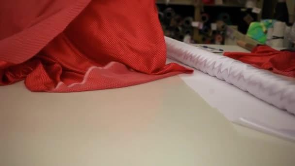 Prodavač funguje v úložišti tkáně. Prodej textilu. Textilní průmysl