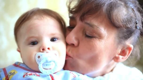 šťastná babička polibky její vnuk