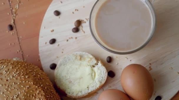 Zblízka pohled shora zpomalené video ze zdravé snídaně na stole