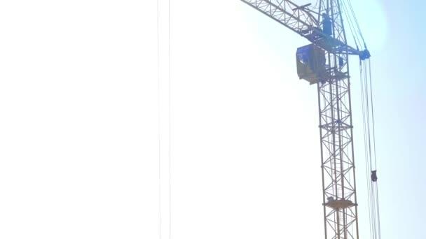 Sibiř, Rusko 21 březen 2015. Pracovník tvůrce operátor s věž jeřáb dálkové ovládání zařízení na staveništi oblast