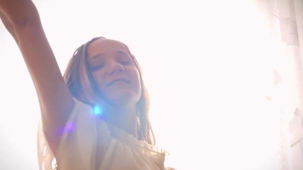 SlowMotion mladá usměvavá žena je nový den, fandění, tanec, strečink a usmíval se na pozadí slunce ráno
