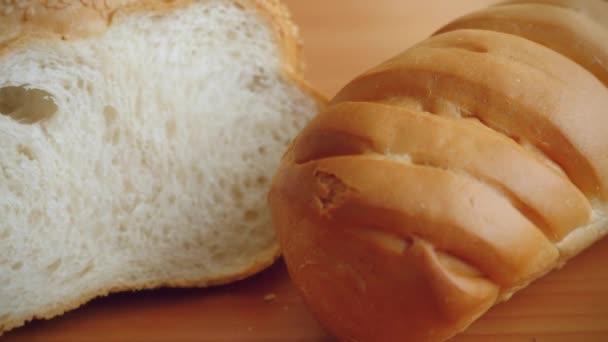 Odrůda chleba na stole v kuchyni s moukou