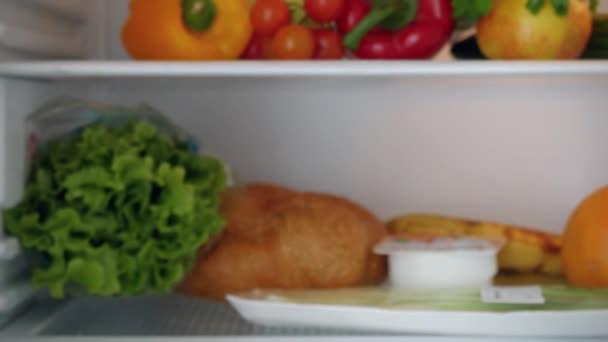 Kühlschrank Einkaufsliste Magnet : Frau untersuchen kühlschrank drinnen regale setzen milchprodukte