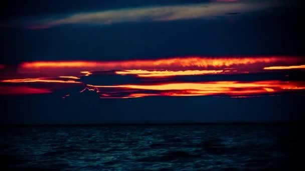 Úžasné oblohy, východ slunce nad mořem. Přírodní složení