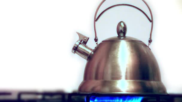 Wasserkocher mit kochendem Wasser auf dem Gasherd