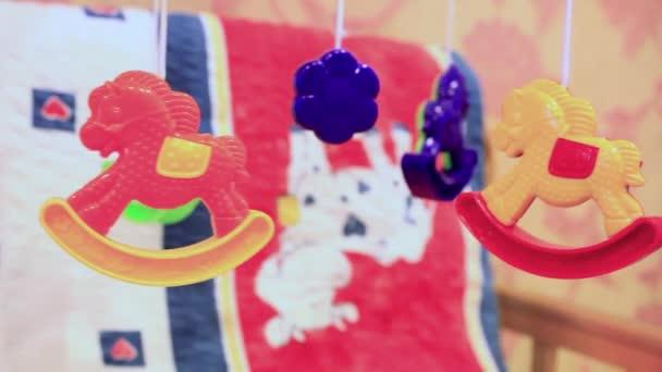 Dětská postýlka s visící hračky