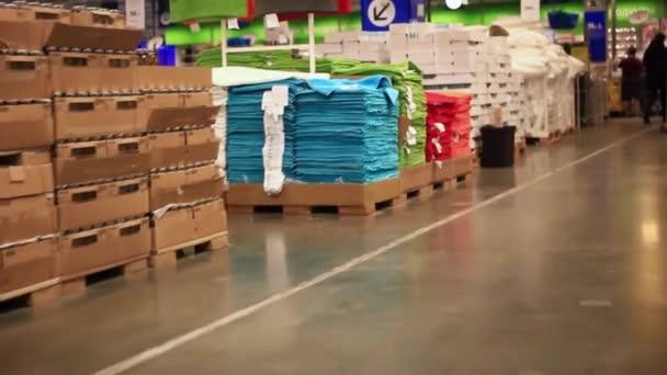 Rusko. Novosibirsk. 23. září 2015. Lidé nakupovat s vozíkem v Ikea. IKEA je světy největší prodejce nábytku
