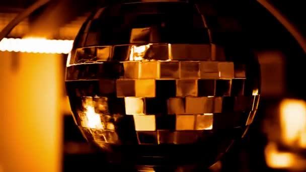 zářivě zlatá disco koule na zářící pozadí