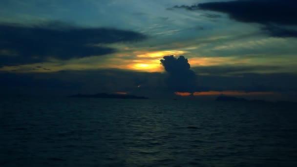 Dramatické nebe a tropické moře s mraky