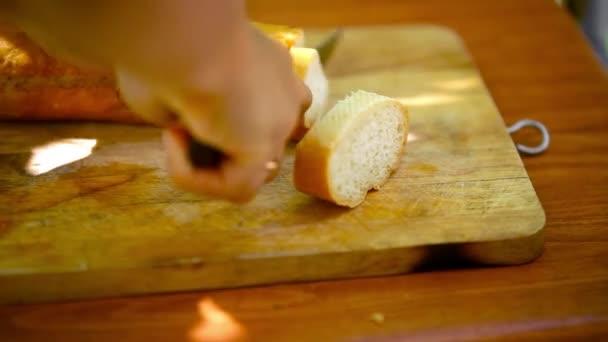 Francouzský chléb Baker krájení na prkně