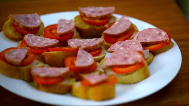 Kuchař dělá sendviče s paštikou, rajčata, klobása a fenyklem