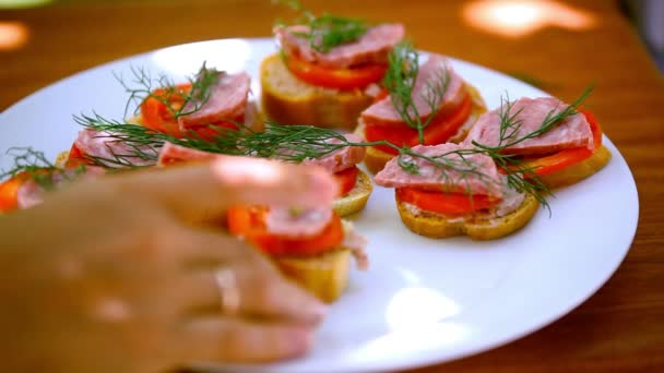 Sendviče s paštikou, rajčata, klobása Sundejte z plechu, je jíst a nechat desku