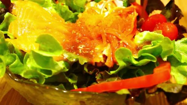 Nalévání omáčky a jíst salát s lososem
