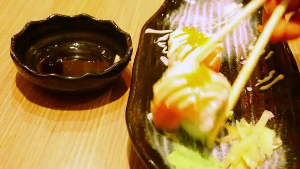 Jíst rohlíky s lososem Philadelphia Maki Sushi