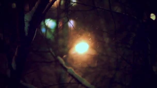 Téli éjszaka street, megváltozott elmosódott háttér és a hóeséstől. Kellemes karácsonyi ünnepeket és boldog új évet