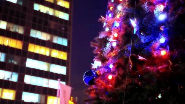 Abend-Winter-Weihnachtsbaum und Businesscenter in der Straße