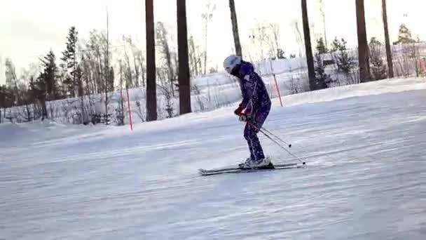Pasažér lyžař ubírá sníh prášku při západu slunce
