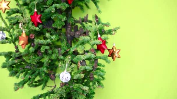 Zdobené vánoční stromeček s kužely