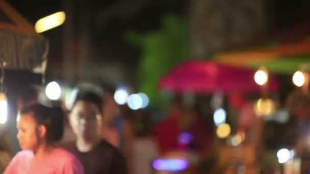 Koh Samui. Thajsko 18 července 2014. neznámí turisté pěšky podél pěší ulici. 4 k. Blurred bokeh pozadí. 3840 x 2160