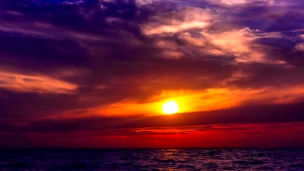 Úžasné východ slunce na pláži s krásnou oblohu v odstínech fialové
