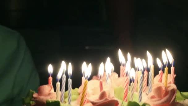 Fiatal kövér nő fúj gyertyákat születésnapi torta Party
