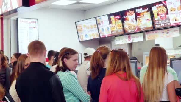 Rusko. Novosibirsk. 5. července 2015. Lidé v pořadí ve frontě pro rychlé občerstvení