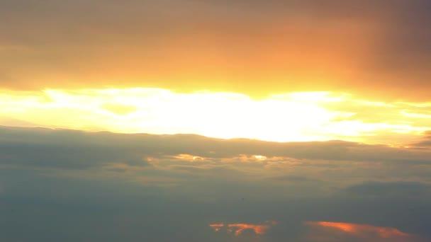 Krásná žlutá cloudscape s velkými, stavební mraky a slunce prorážet oblak hmoty. HD. 1920 x 1080