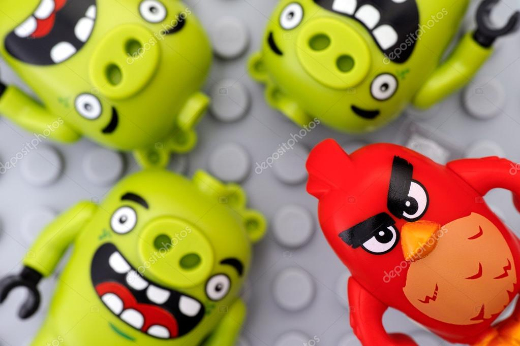 Lego Angry Birds Czerwony I Trzy Bad Piggies Zdjęcie Stockowe