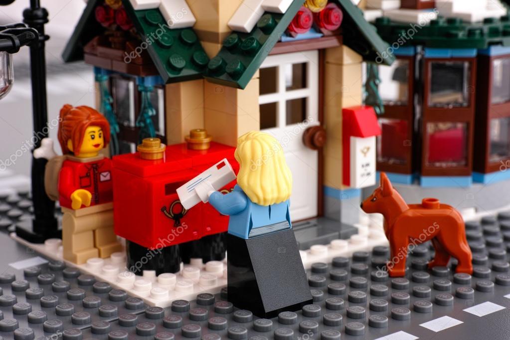 Bureau de poste de lego femme avec lettre près de boîtes aux