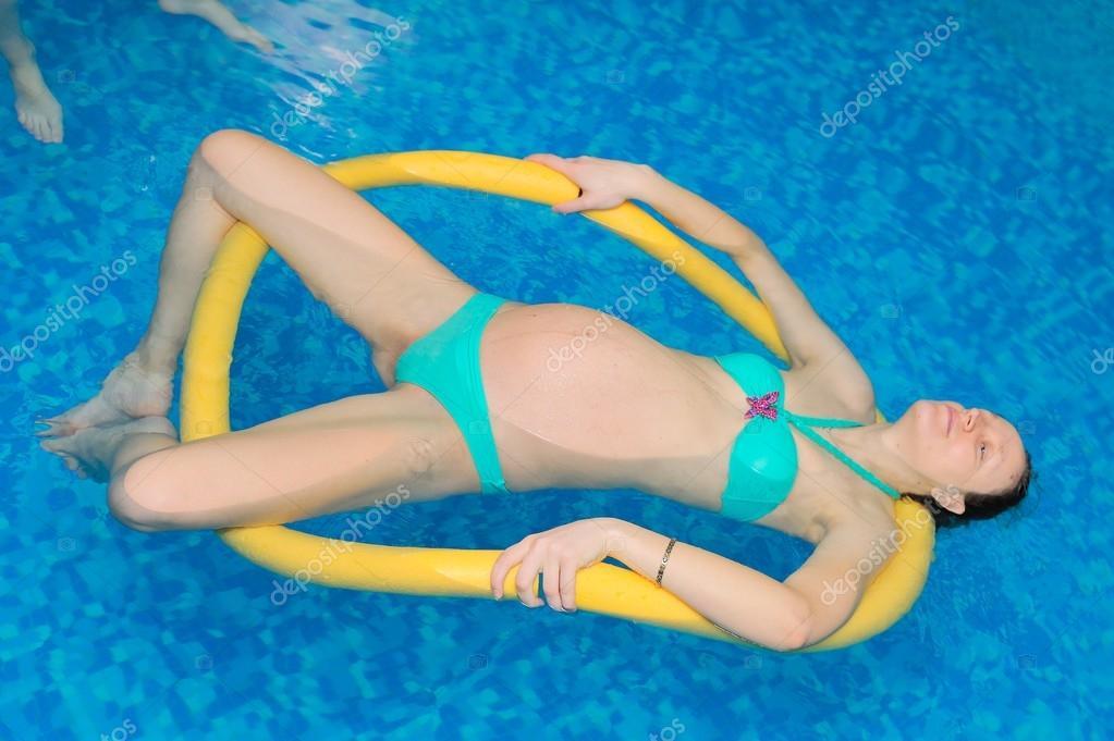 Acqua Yoga per donne in gravidanza — Foto Stock © morozv #91080778